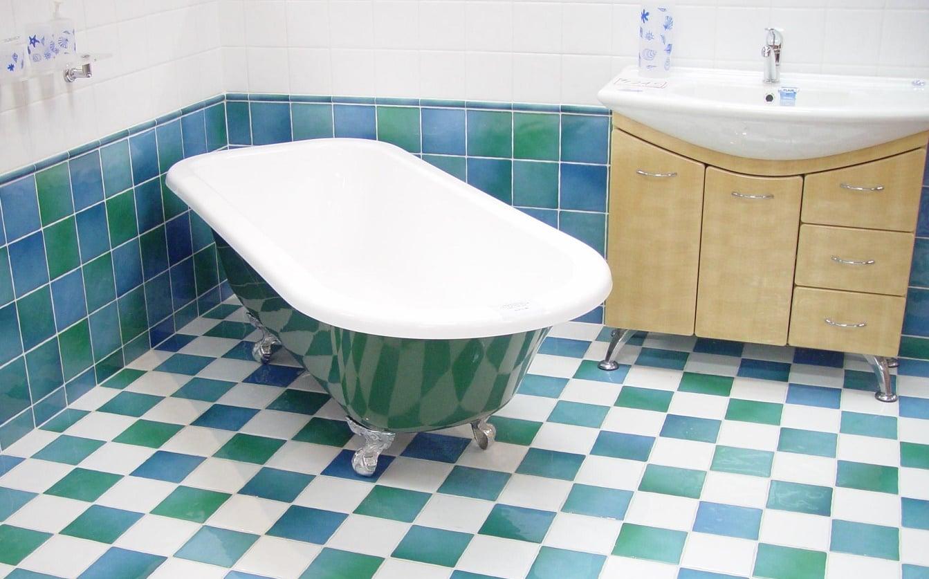 Piastrelle bagno come scegliere colori materiale e forma - Come rivestire piastrelle bagno ...