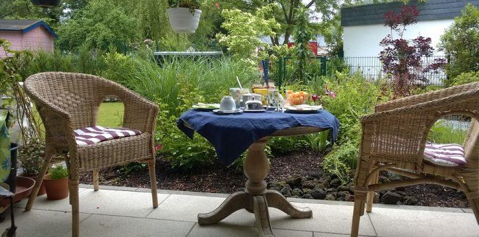 Tavoli da giardino in legno plastica o ferro battuto for Tavoli da giardino in ferro