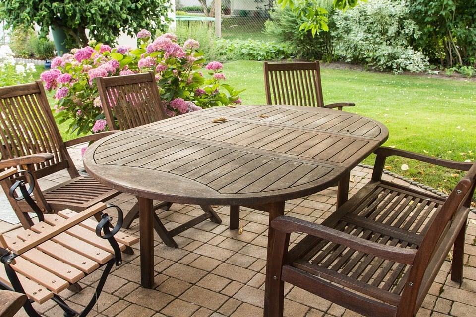 Tavoli da giardino: in legno plastica o ferro battuto?