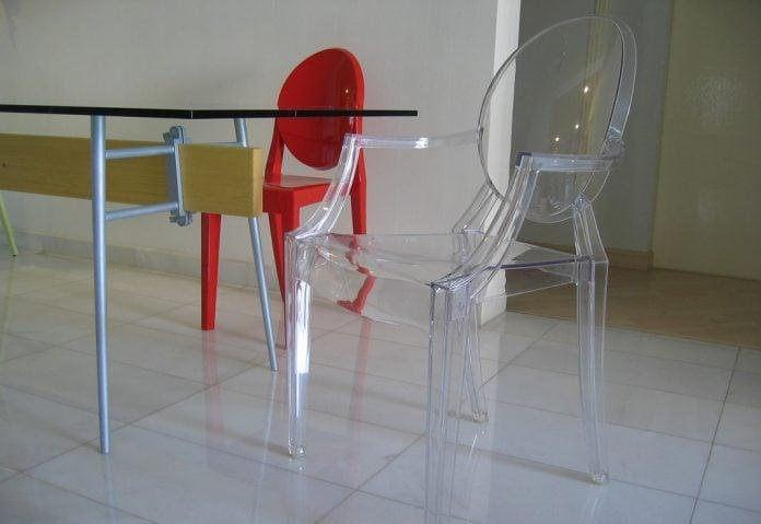 Sedie trasparenti ideali per la casa moderna ma occhio al materiale